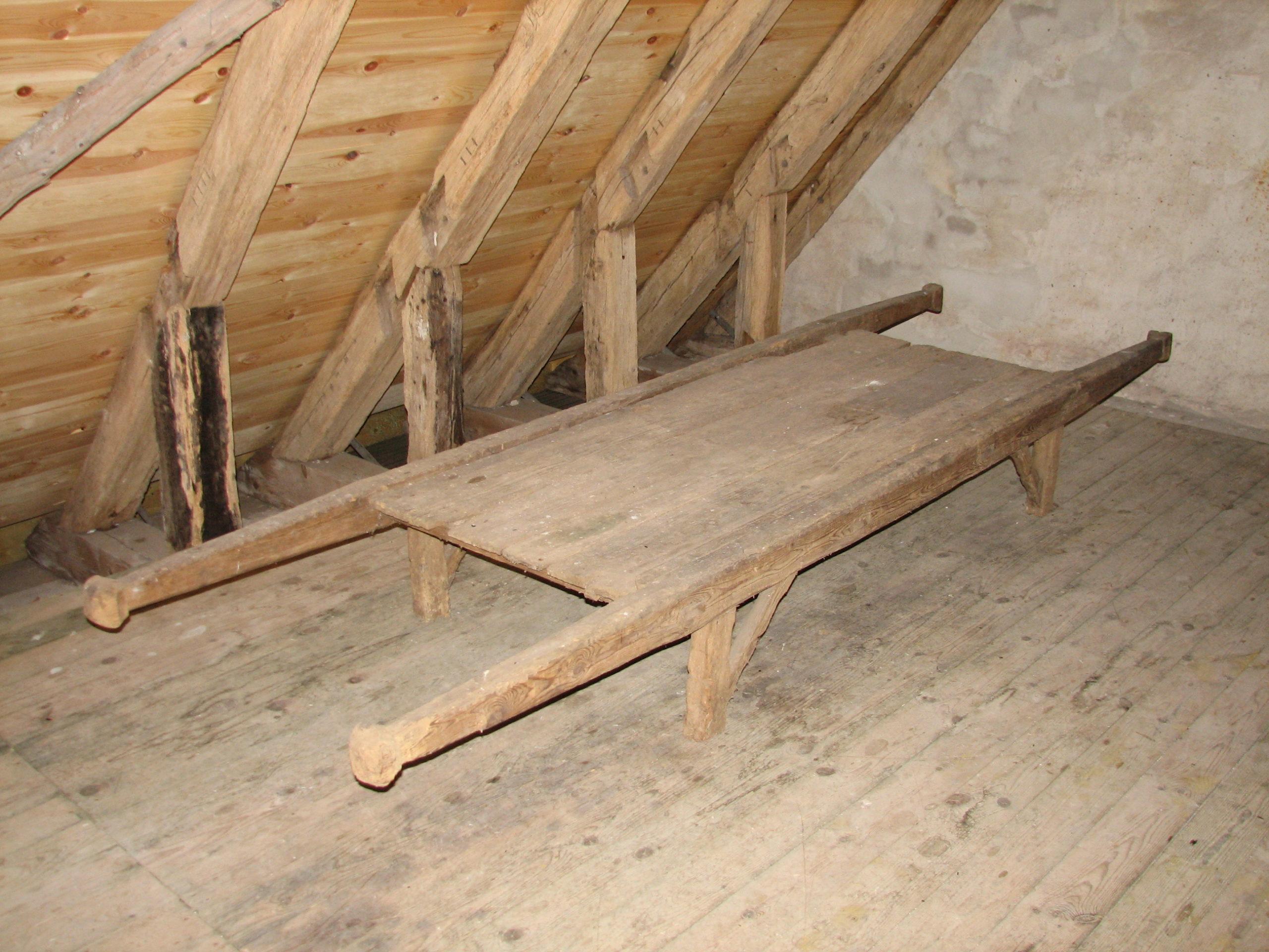 Den gamle ligbåre på loftet i Ørum Kirke